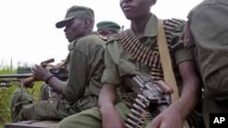 Des militaires congolais assis à bord d'un véhicule militaire dans la zone minière de Walikale, Nord-Kivu, 21 septembre 2010.