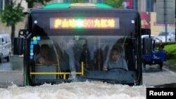 江西九江市內巴士受水浸影響