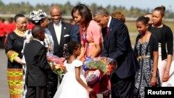 Serok Obama û malbata wî li balafirgeha Darul Selam, Duşem, 1'ê Tîrmehê, 2013.