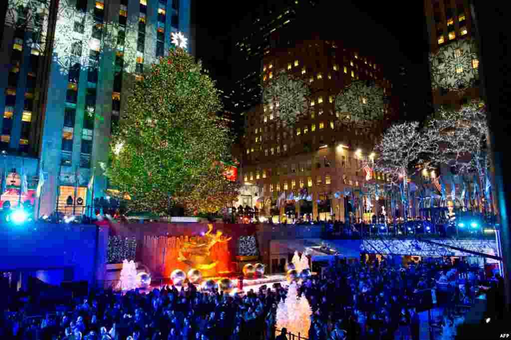 Рождественская елка высотой 22,5 метра в Рокфеллер-центре в Нью-Йорке украшена 30 тысячами энергосберегающих лампочек. 79-я церемония зажигания огней состоялась 30 ноября. Фото AP