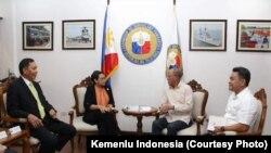 Pertemuan Bilateral antara Menlu RI Retno Marsudi dengan Menlu Filipina Alan Peter Scram Cayetano dan pejabat lainnya di Manila, Kamis (22/6) (Courtesy: Kemlu RI)