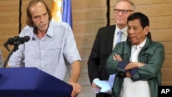 FILE - Norwegian hostage Kjartan Sekkingstad (left) delivers a statement after meeting Philippine President Rodrigo Duterte (right) in Davao City, Philippines, Sept. 18, 2016. Sekkingstad was freed after a year of captivity.