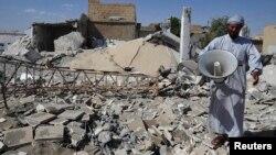 一名敘利亞人站在被毀家園外