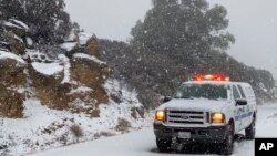Salju mulai turun di Santa Barbara, California, 28 November 2019. (Foto: dok). Badai besar diperkirakan akan menurunkan salju mulai dari wilayah timur negara bagian Pennsylvania ke kawasan New England selatan, Senin (2/12).