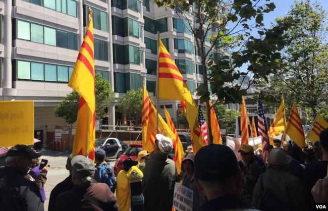 Đoàn biểu tình trước tòa lãnh sự Việt Nam tại San Francisco.
