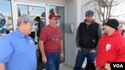 凱里•伍達德(左)和克里斯•莫雷爾斯(右)等幾位美國鋁業公司(Alcoa)的工人在華盛頓州東韋納奇的工會會所敘舊。