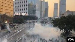 香港警方9月15日在政府總部外夏愨道施放多次催淚彈清場。(攝影: 美國之音湯惠芸)