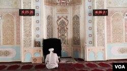 Bagian dalam sebuah masjid di Xinjiang, China.