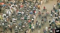 Un embouteillage de vélos rickshaws, bus et piétons sur une rue de Dhaka, la capitale du Bangladesh, le plus densément peuplé de la nation du monde, 5 août 1994. (AP Photo / John Moore)