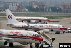 중국 상하이의 홍차오국제공항에 동방항공 여객기들이 대기하고 있다. (자료사진)