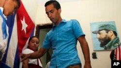 El candidato disidente Yuniel Francisco López emite su voto durante las elecciones municipales cubanas, en La Habana.