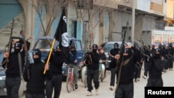 跟基地组织有关联的伊拉克伊斯兰国的武装分子在叙利亚城镇特尔阿布雅德持枪游行。2014年1月2日。