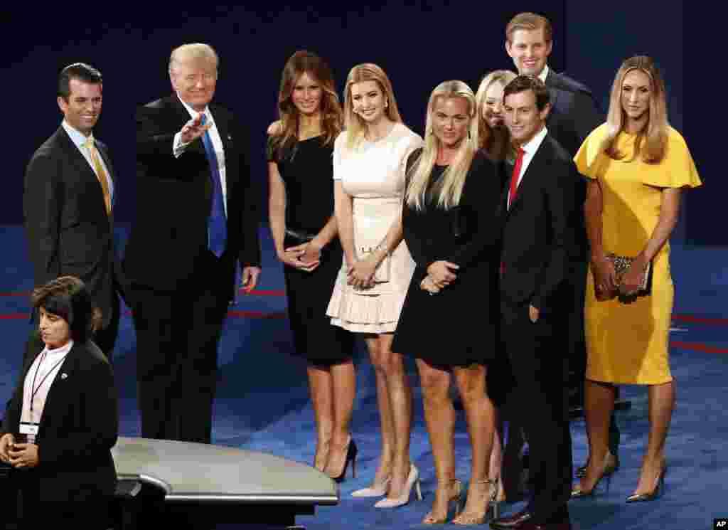 ពីខាងឆ្វេង លោក Donald Trump Jr. បេក្ខជនប្រធានាធិបតីគណបក្សសាធារណរដ្ឋលោក Donald Trump ភរិយារបស់លោកលោកស្រី Melania Trump កូនស្រីនាង Ivanka Trump និងសាច់ញ្ញាតិដទៃទៀត បង្ហាញខ្លួនលើឆាក បន្ទាប់ពីការជជែកតស៊ូមតិប្រធានាធិបតី នៅមហាវិទ្យាល័យ Hofstra ក្នុងក្រុង Hempstead បុរីញូវយ៉ក កាលពីថ្ងៃទី២៦ ខែកញ្ញា ឆ្នាំ២០១៦។