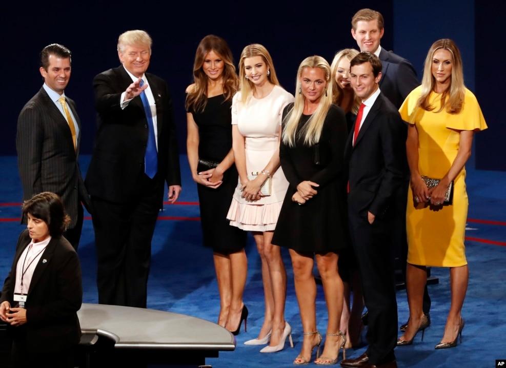 在美国第一场总统候选人辩论的会场,川普,川普夫人梅兰尼亚,女儿伊万卡和其他亲人在讲台上(2016年9月26日)。