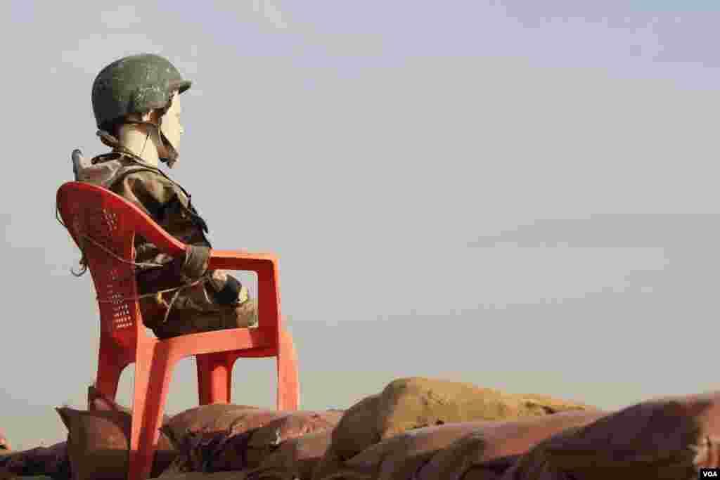 Tentara menaruh boneka di pos pemantau wilayah ISIS, untuk menjadikannya sasaran jika ISIS menyerang (14/11). (VOA/H.Murdock)