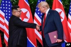 도널드 트럼프 미국 대통령(오른쪽)과 김정은 북한 국무위원장이 지난해 6월 12일 싱가포르 카펠라 호텔에서 미북정상회담을 마친 후 악수하고 있다.