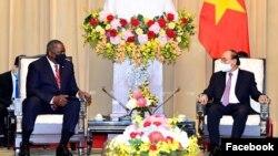 Bộ trưởng Quốc phòng Mỹ Lloyd Austin hội kiến Chủ tịch nước Nguyễn Xuân Phúc ở Hà Nội ngày 29/7/2021. Photo US Embassy Hanoi.