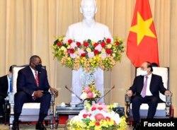 Ông Lloyd Austin hội kiến Chủ tịch nước Nguyễn Xuân Phúc. Photo US Embassy Hanoi.