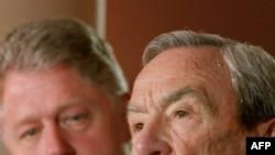 Фото 1996 года. Уоррен Кристофер выступает в Белом Доме. Рядом с ним - президент Билл Клинтон.