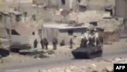Hình ảnh chụp từ video nghiệp dư cho thấy xe bọc thép và quân đội Syria tại Latakia