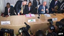 Le facilitateur Edem Kodjo et des diplomates lors de l'ouverture du Dialogue national en République démocratique du Congo à Kinshasa le 1 septembre 2016. (AFP/ Junior D.Kannah)