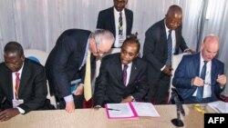 """L'ancien Premier ministre togolais Edem Kodjo, au centre, assis avec des diplomates lors de l'ouverture d'un Congolais """"Dialogue national"""" en République démocratique du capital de Congo, à Kinshasa, le 1er Septembre 2016."""