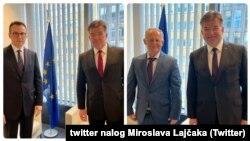 Predstavnici Srbije i Kosova, Petar Petković i Bekim Bisljimi sa Miroslavom Lajčakom u Briselu (Foto: Tviter profil Miroslava Lajčaka/VOA Graphic)