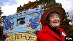 """""""La abuela D"""" en el carro casa que la sigue en su caminata por los Estados Unidos."""