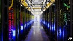 """Pusat data Google di kota Council Bluffs, negara bagian Iowa (foto: ilustrasi). Mahkamah Eropa mengatakan perjanjian """"Safe Harbor"""" dengan AS cacat, karena mengijinkan pihak berwenang Amerika, seperti NSA, memperoleh akses rutin pada informasi online warga Eropa."""