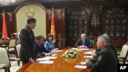Тогдашний председатель КГБ Беларуси Валерий Вакульчик на докладе у Александра Лукашенко. Архивное фото. 29 июля 2020