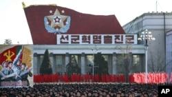 ປະຊາຊົນເກົາຫລີເໜືອ ຫລາຍພັນຄົນ ພາກັນເຕົ້າໂຮມກັນຢູ່ ຈະຕຸລັດ Kim Il Sung.