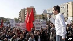 """Lider opozicione stranke """"Samoopredeljenje"""" Aljbin Kurti obraća se demonstrantima u centru Prištine, 23. oktobra 2012."""