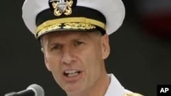 Tư lệnh Hạm đội 7 của hải quân Hoa Kỳ, Phó Đô Đốc Joseph Aucoin.