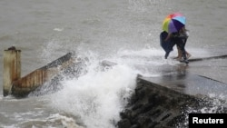 14일 중국 하이난성 하이쿠에서 태풍 우토르의 영향으로 강풍이 불고, 높은 파도가 일었다.