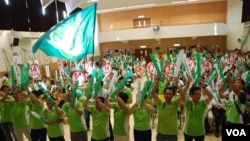 香港民主黨各立法會地區直選及功能組別參選人與數百名支持者出席選舉造勢大會