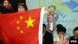 愛港力召集人陳靜心在普選論壇展示一幅反轉的中國國旗