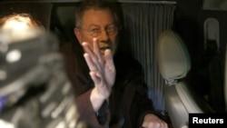 El enviado especial de ONU Robert Serry en el momento en que abandonaba Crimea en un automóvil.