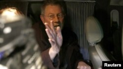 Utusan Khusus PBB, Robert Serry saat hendak meninggalkan Simferopol dengan mobilnya (5/3).