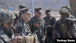 15일 한국 서해 백령도를 방문한 로렌스 니콜슨 미 제3해병기동군 사령관(가운데)이 이상훈 한국 해병대 사령관과 연합작전태세를 점검하고 있다.