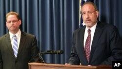 Jaksa AS Andrew Luger (kanan) dan agen FBI Richard Thornton menjelaskan dakwaan terhadap enam pria di Minnesota dalam konferensi pers di Minneapolis, Senin (20/4).