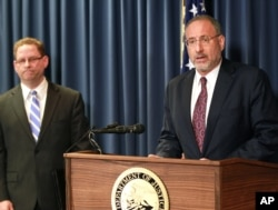 FILE - United States Attorney Andrew Luger, right, and FBI special agent Richard Thornton explain the criminal complaint charging six Minnesota men with terrorism at a news conference in Minneapolis, April 20, 2015.