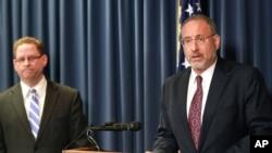 AQSh prokurori Endryu Luger (o'ngda) va FBR agenti Richard Tornton Minneapolisdagi matbuot anjumanida shu haqda e'lon qilmoqda, 20-aprel, 2015-yil