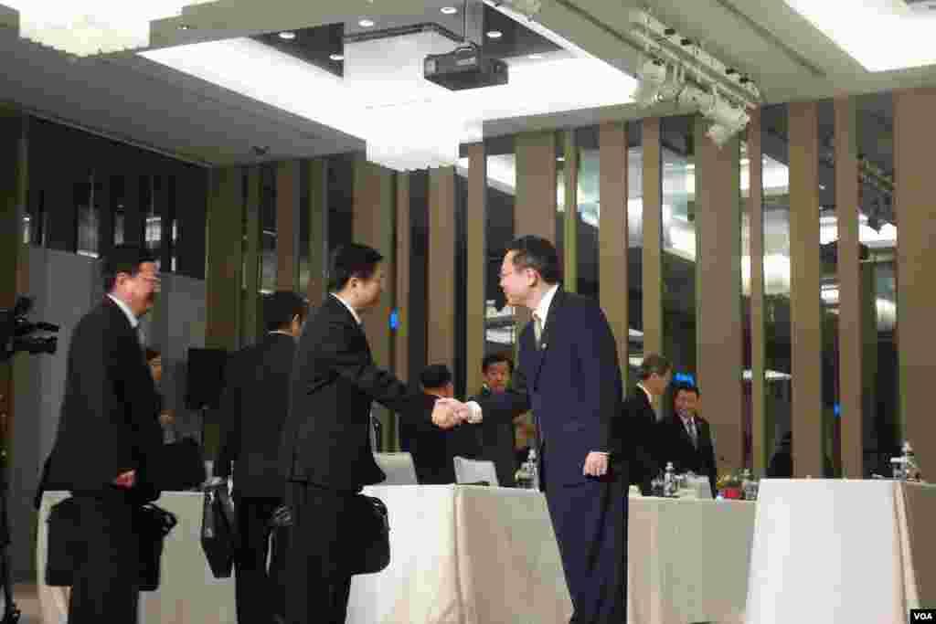 陆委会主委王郁琦欢迎到访的国台办官员 (美国之音张佩芝拍摄)
