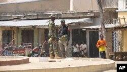 Pasukan keamanan Nigeria berjaga di dekat lokasi ledakan di sebuah pasar, Maiduguri, Nigeria, 7 Maret 2015 (Foto: dok).