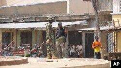 Pasukan keamanan Nigeria menjaga lokasi serangan bunuh diri di sebuah pasar kota Maiduguri, Nigeria (7/3).