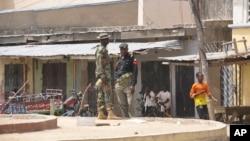 Lực lượng an ninh canh gác tại một khu chợ nơi xảy ra một vụ nổ bom.