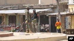 Pasukan keamanan Nigeria melakukan pemeriksaan di Maiduguri (foto: dok). Dua wartawan Al-Jazeera ditahan pihak berwenang Nigeria dalam kamar hotel mereka di Maiduguri.