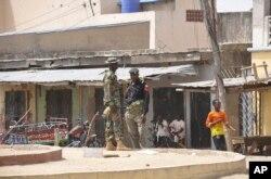 保安人员在迈杜古里一家市场的爆炸地点站岗