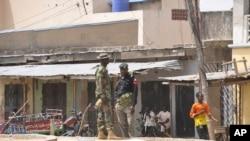 尼日利亞安全部隊2015年3月7日在邁杜古里市場的爆炸現場站崗