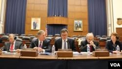 美中经济与安全审议委员会2014年11月20日公布向国会提交的年度报告。(美国之音杨晨拍摄)